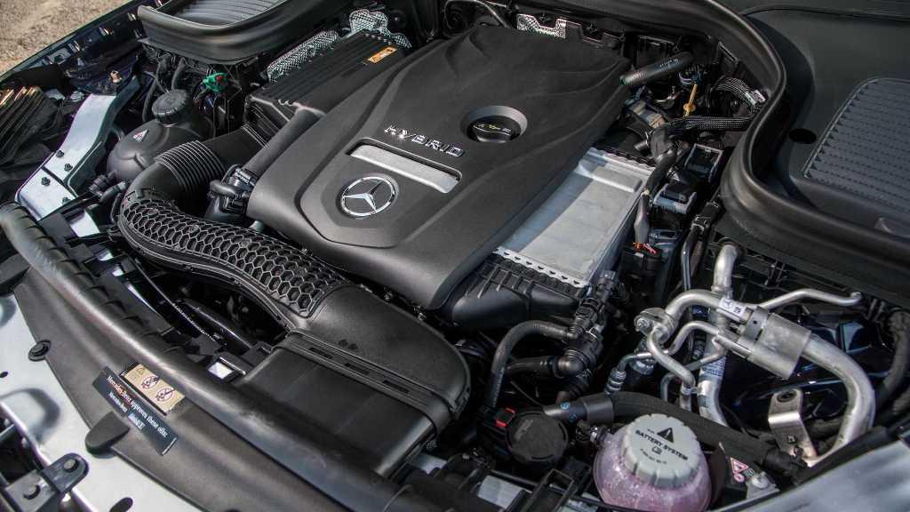 Модель получила 2,0-литровый бензиновый двигатель, который работает в паре с электромотором