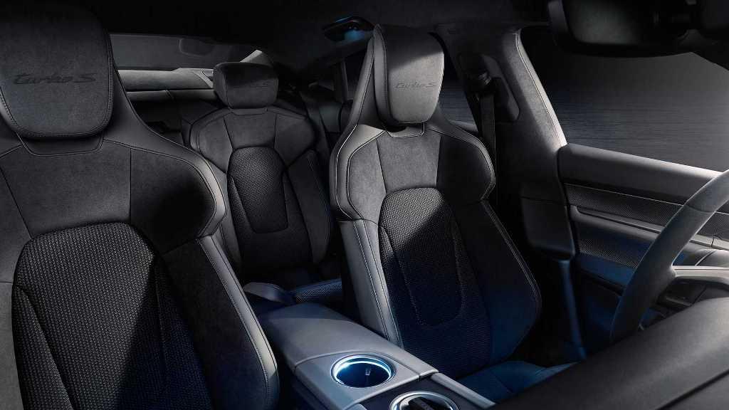 Отделка выполнена из инновационных переработанных материалов, которые подчеркивают спортивный стиль авто