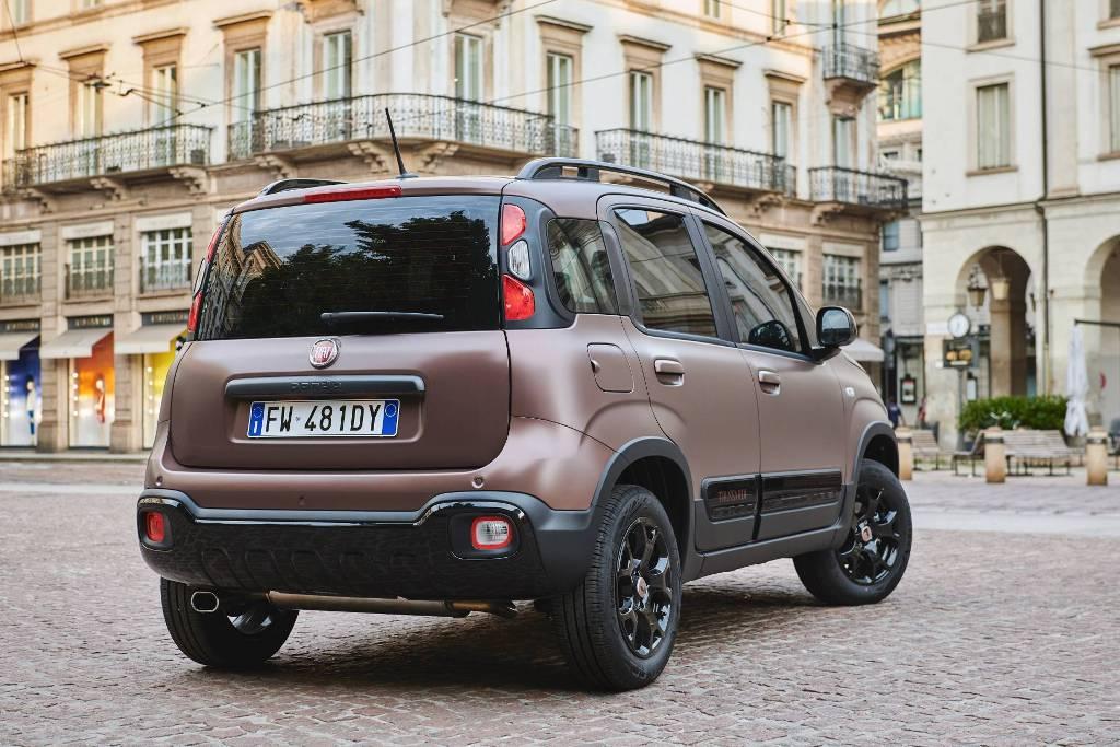 Кузов автомобиля окрашен в матовый оттенок Caffè Italiano Brown с черными акцентами