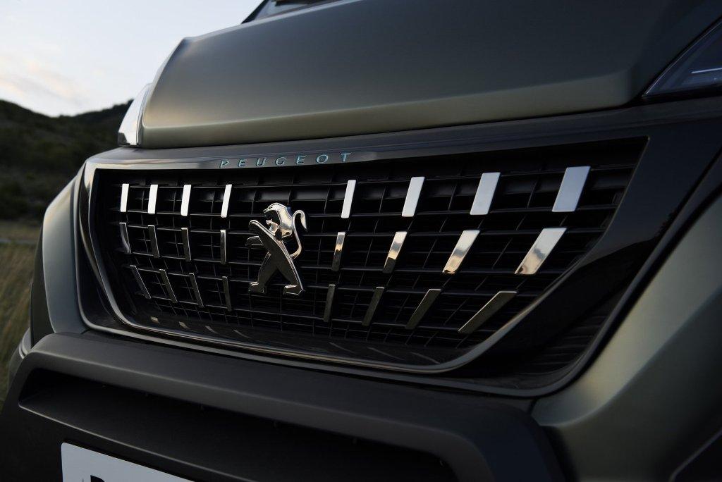 Автофургон оснащен дизельным двигателем BlueHDi мощностью 165 л.с.