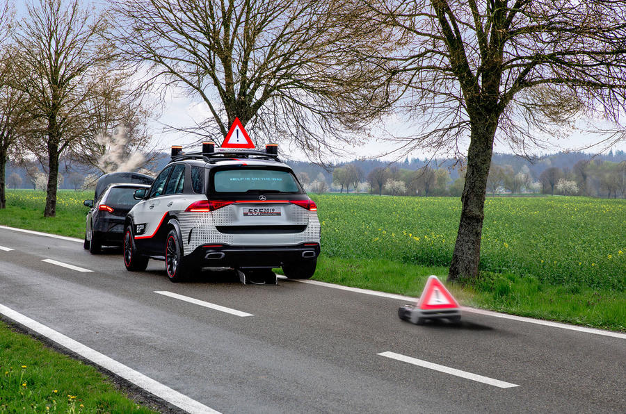Mercedes ESF оснащен маленьким роботом, который выезжает с задней части автомобиля в случае аварий или поломок