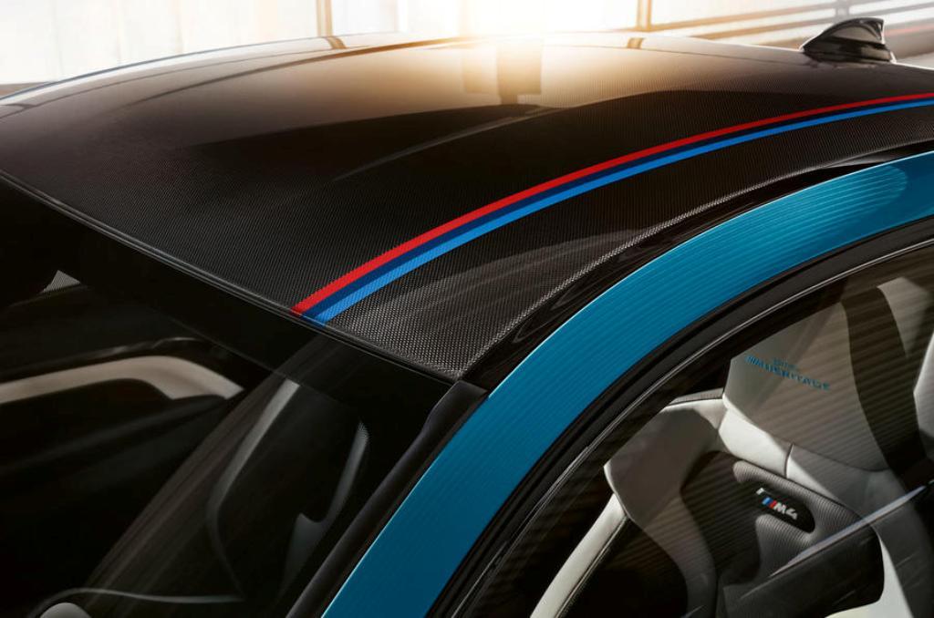 Декоративная полоска в цветах BMW M выполнена из углеродного волокна и интегрирована в кузов