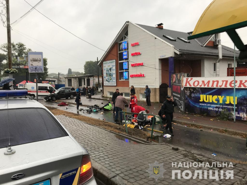 Автомобиль Opel Vectra влетел в остановку, где находились люди