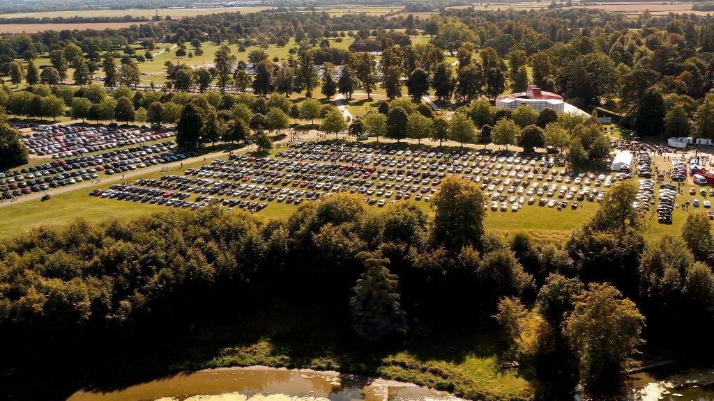 На одной площадке собрался 1321 автомобиль марки Bentley