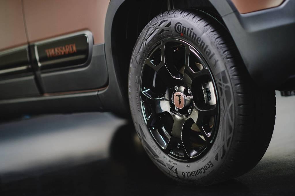 Автомобиль получил 15-дюймовые легкосплавные колесный диски черного цвета с шильдиком Trussardi