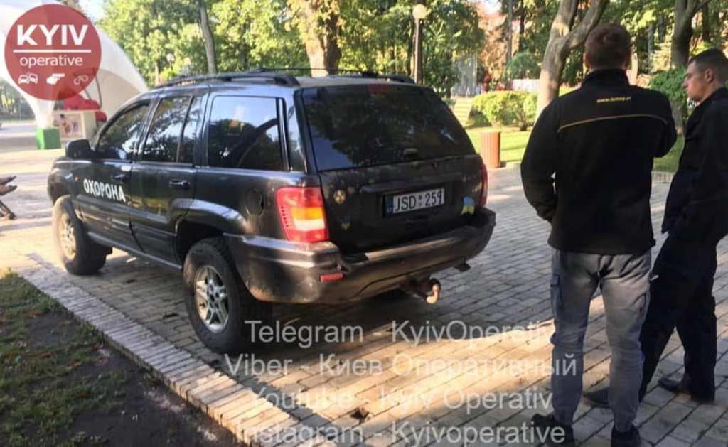 Неизвестные катаются по аллеям парка Шевченко в Киеве