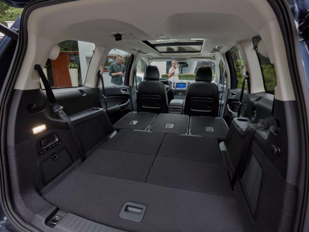 Система позволяет складывать задние сидения при помощи кнопки на панели управления
