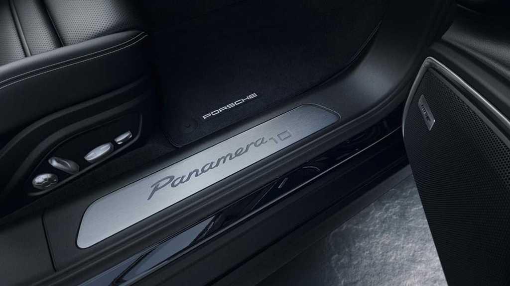 Шильдики «Panamera10» присутствуют и на передних дверях