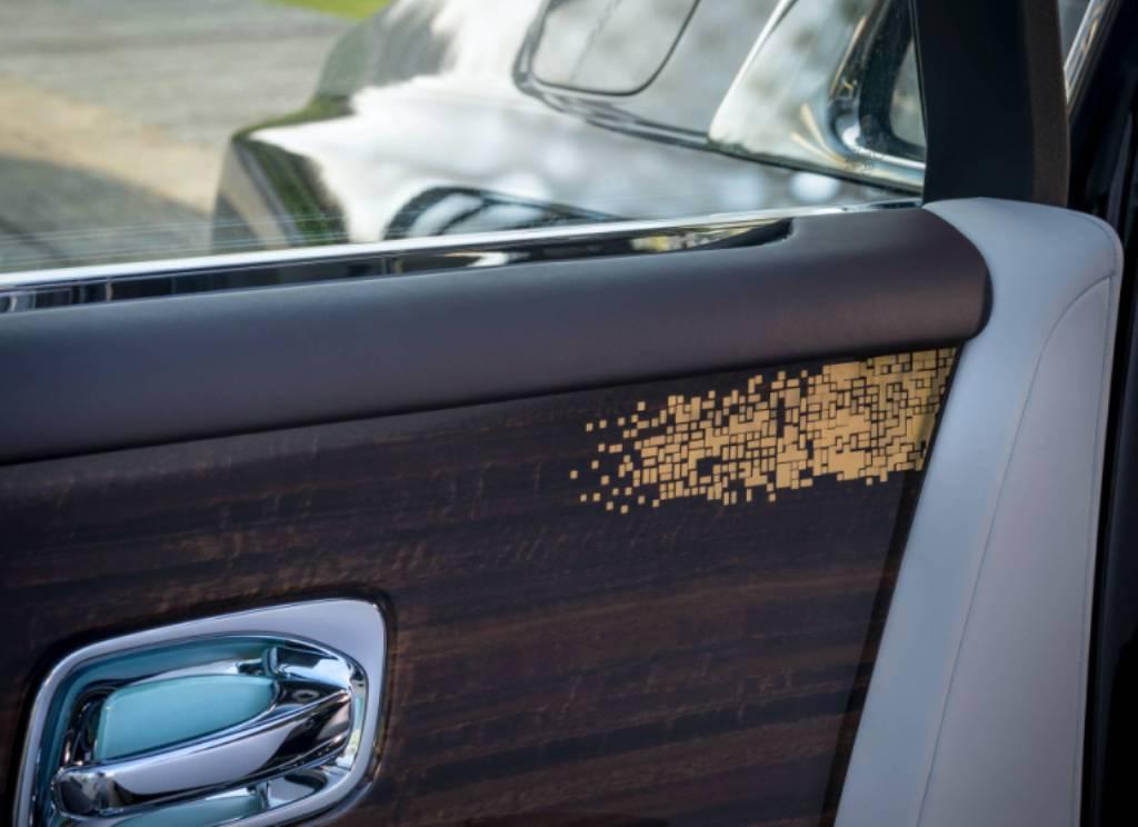 Золотом покрыты решетки динамиков и деревянные элементы на дверных панелях