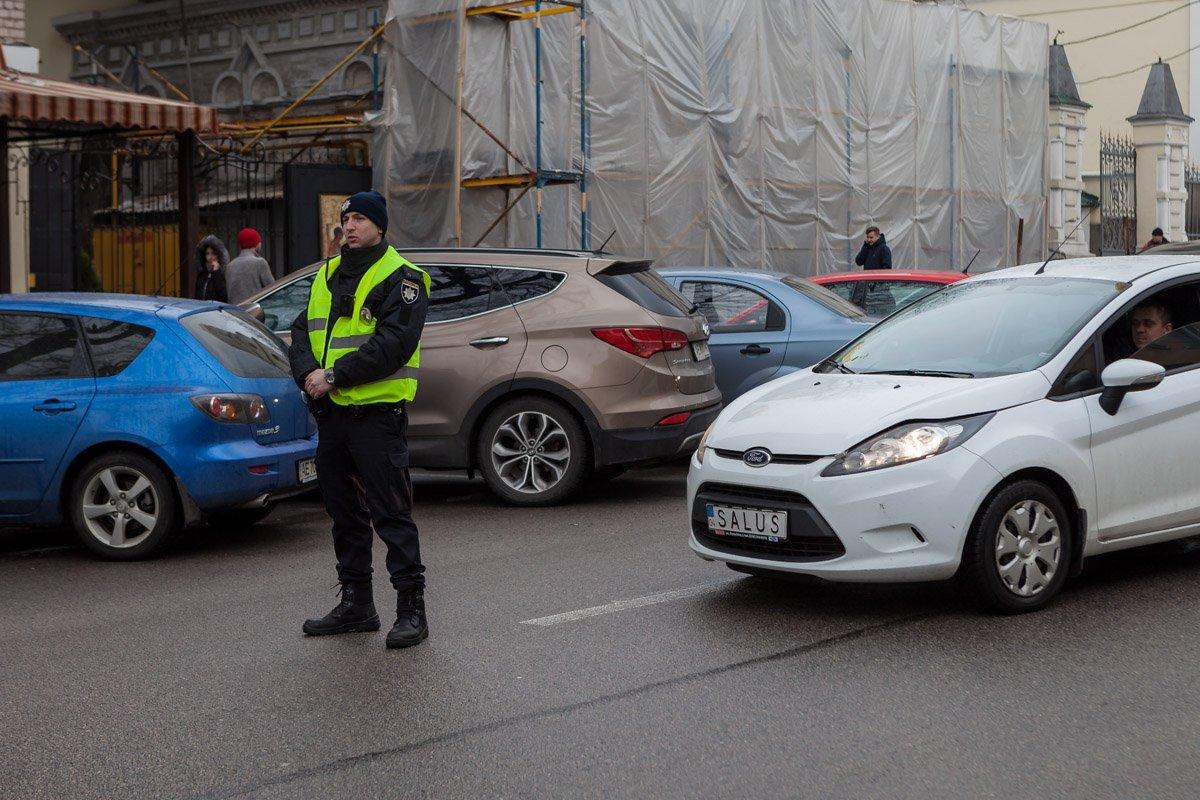 Улица Троицкая - от Грушевского до Короленко. Припаркованный автомобили занимают полосу движения с обеих сторон