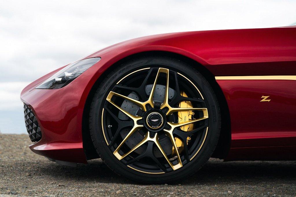 Золотая отделка присутствует на колесных дисках и центральных гайках крепления колес