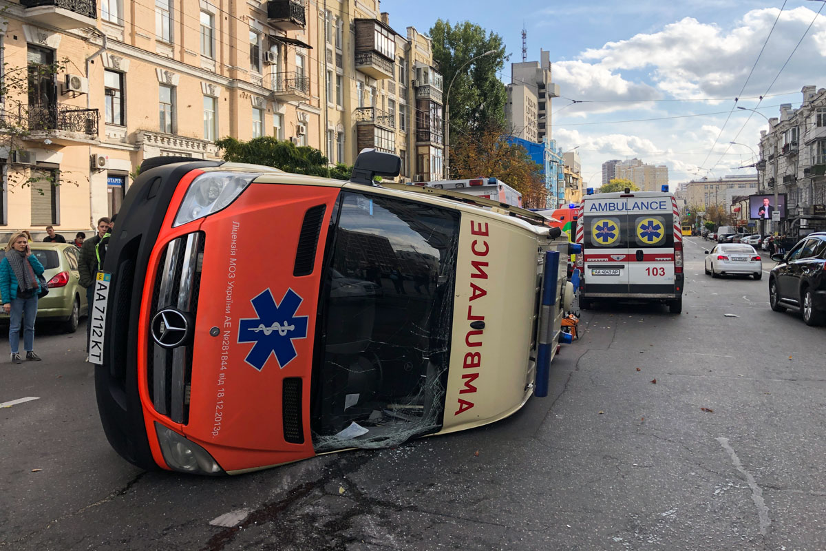 В центре Киева скорая перевернулась, когда в нее влетел Ford