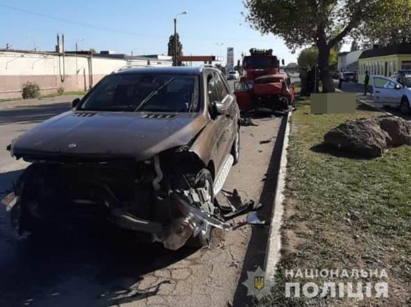 "Mercedes протаранил две машины - ""Москвич"" и Honda"