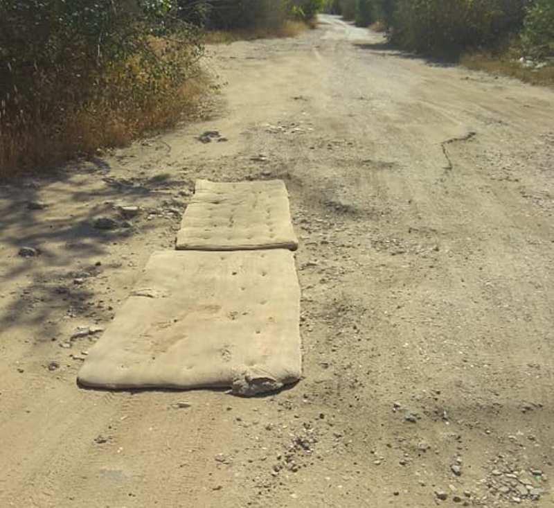 В Николаевской области ямы на дороге закрыли с помощью матрасов