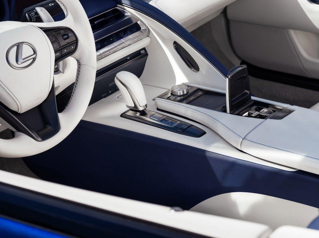 Кабриолет оснащен 5,0-литровым двигателем V8 мощностью 478 л.с. и 539 Нм крутящего момента