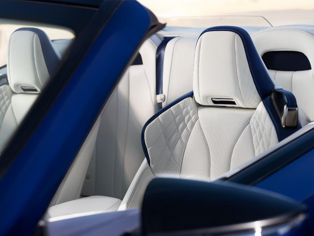 Предусмотрен обогрев сидений, зоны вокруг шеи и рулевого колеса