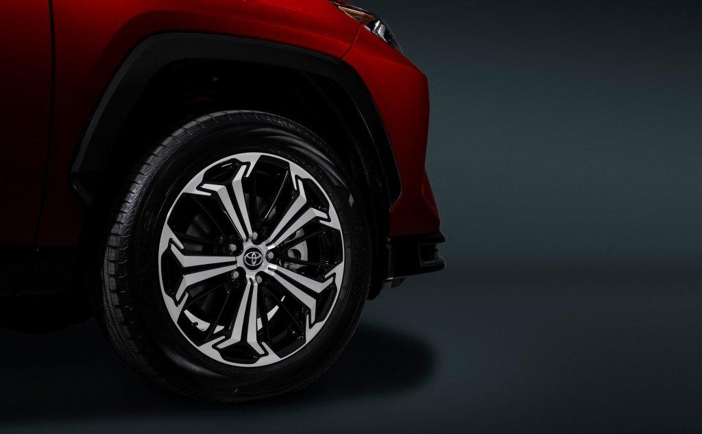 Дополняют образ 18-дюймовые колесные диски