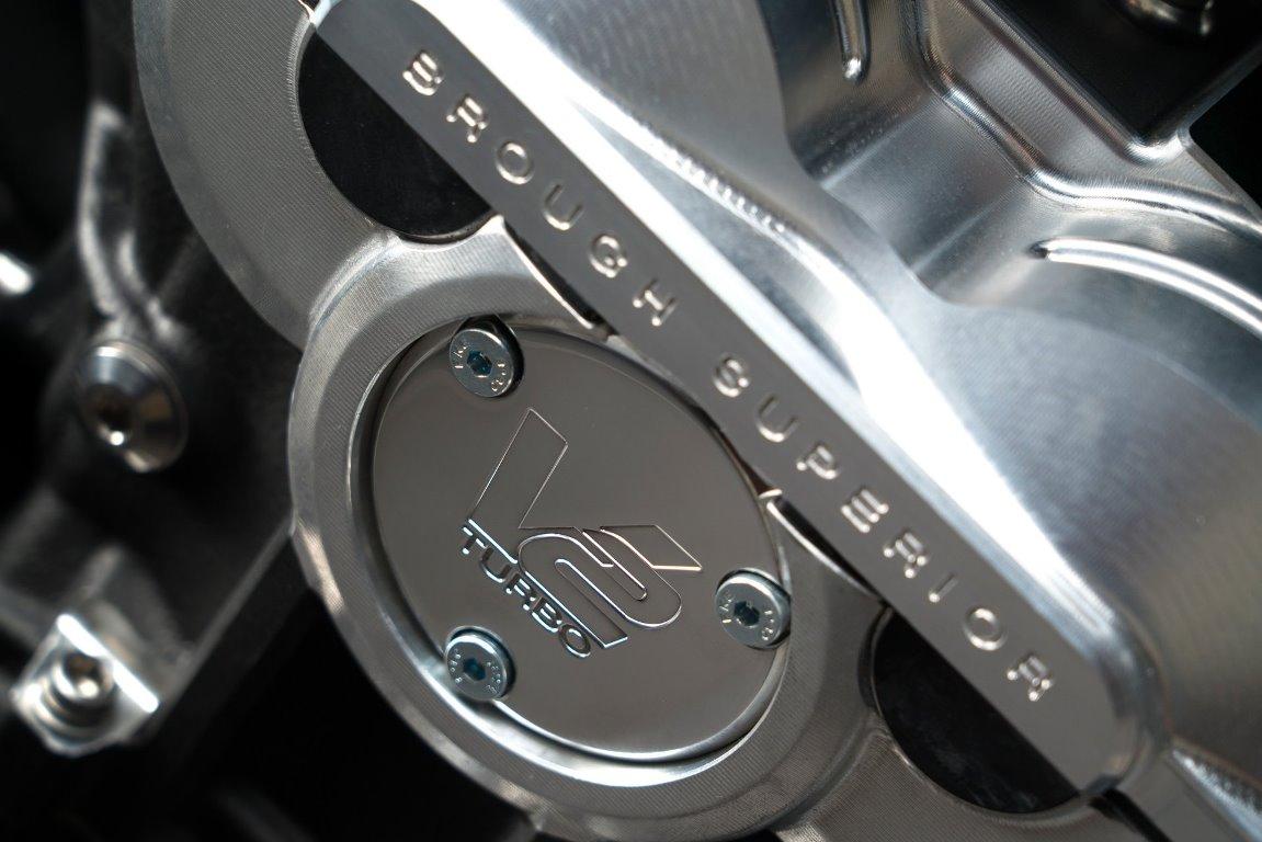 Он оснащен V-образным турбомотором и выдает 180 л.с.