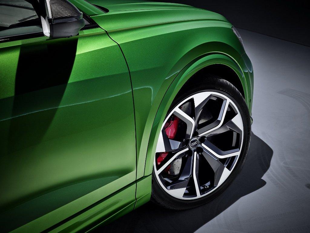 Кроссовер получил огромные 22 или 23-дюймовые колесные диски с красными тормозными суппортами