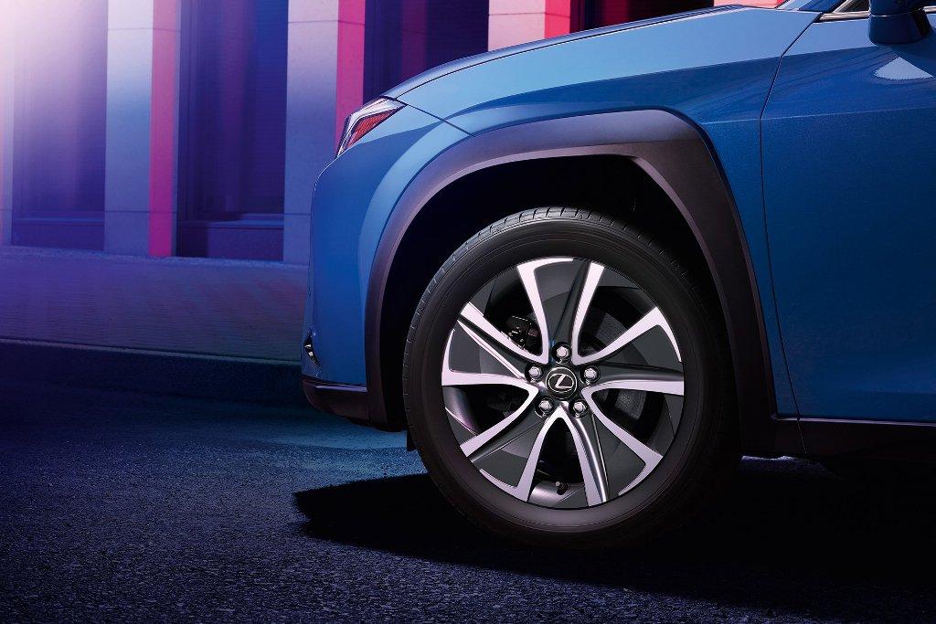 От предшественника EU300e отличается появлением угловатого зарядного лючка и более аэродинамичными колесными дисками