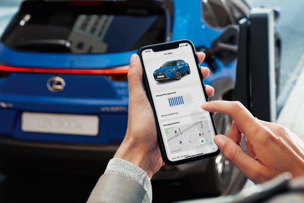 Через приложение Lexus Link можно отслеживать уровень заряда электрокара
