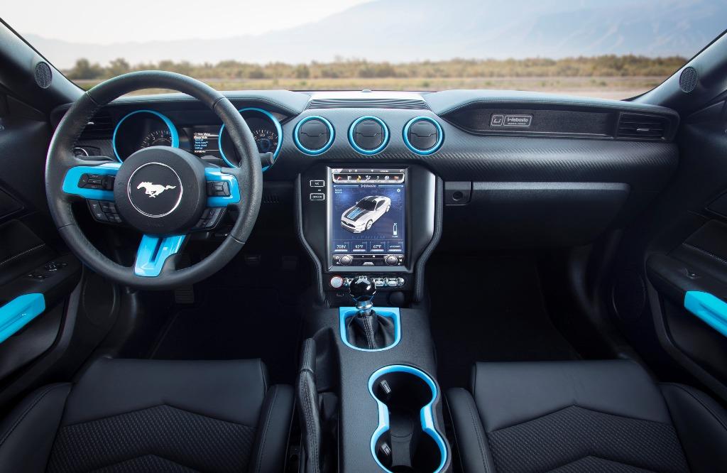 Через 10,4-дюймовый экран можно выбирать доступные режимы вождения