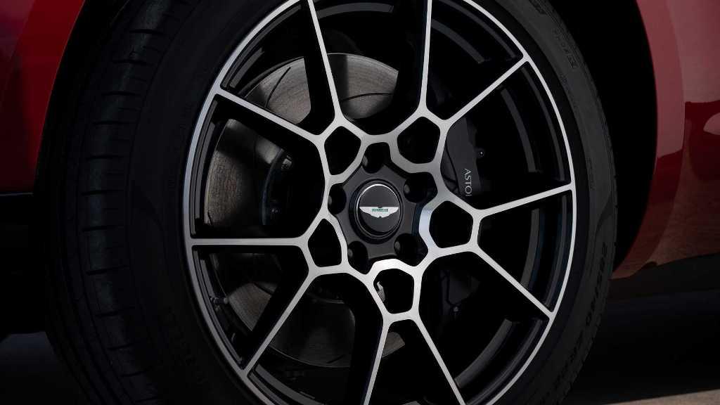Дополняют образ 22-дюймовые колесные диски