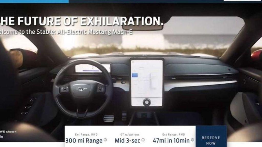 След Tesla прослеживается и в салоне новинки, где установлен огромный вертикальный сенсорный экран