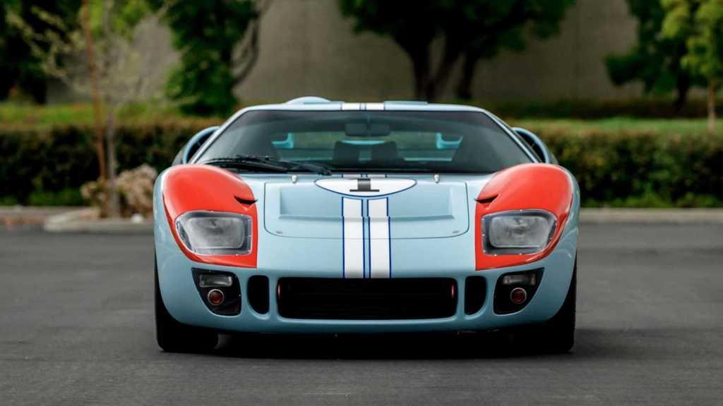 Данный спорткар является репликой легендарного GT40, который построила компания Superformance
