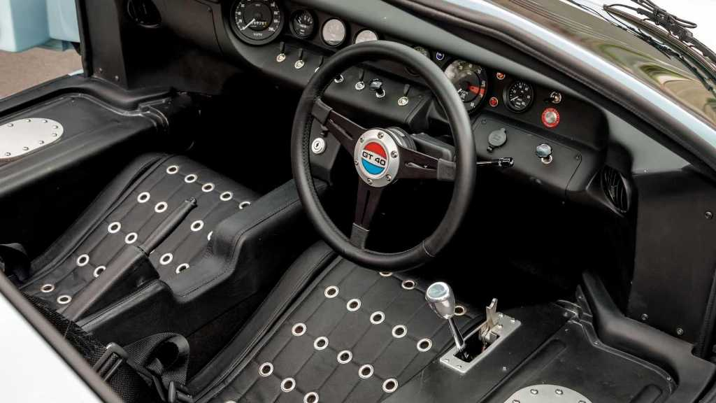 Команда Рича Макдональда также в точности повторила и салон GT40