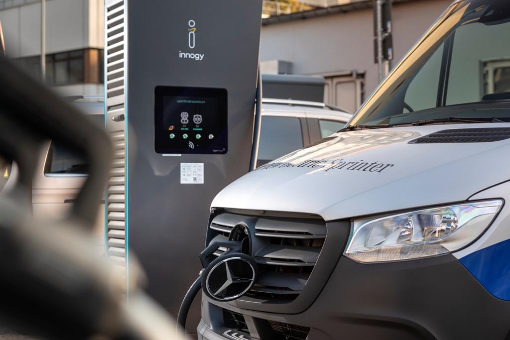 В движение переднеприводный eSprinter приводит электромотор мощностью 114 л.с. и крутящим моментом в 295 Нм