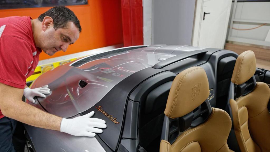 Модель построена на базе трекового 911 GT3 и оснащена 4,0-литровым атмосферным двигателем мощностью 510 л.с.