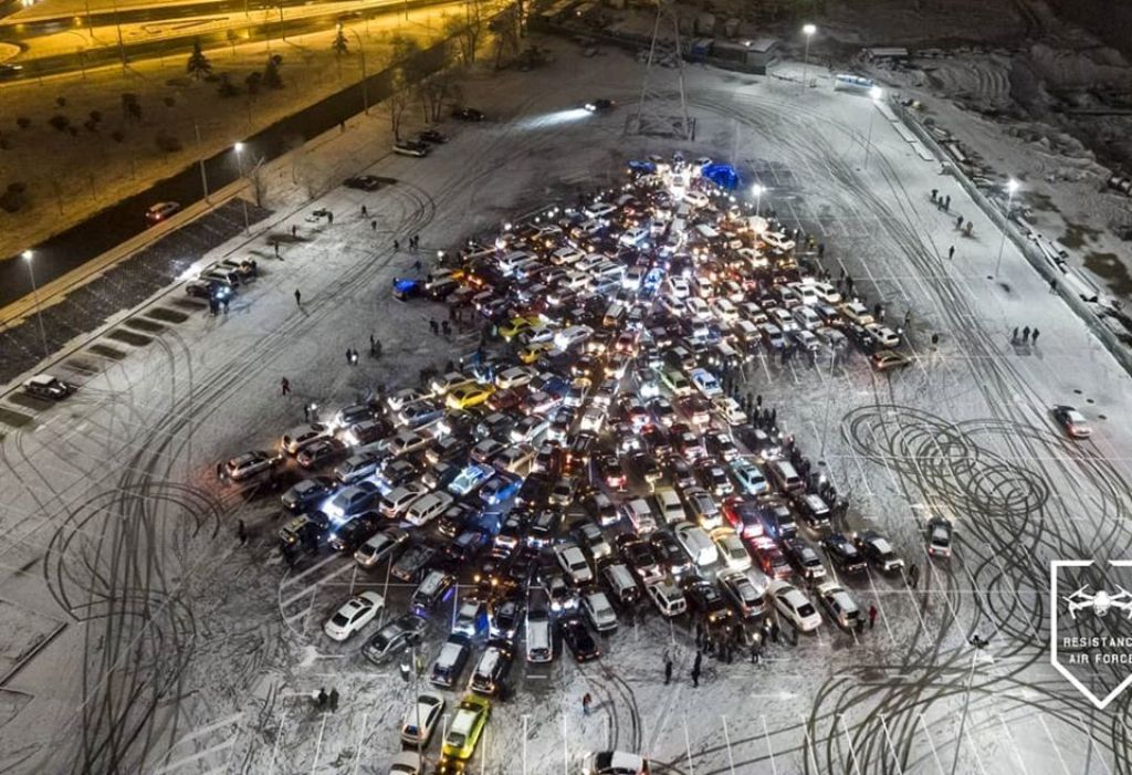 Новогоднее дерево из машин киевских автомобилистов