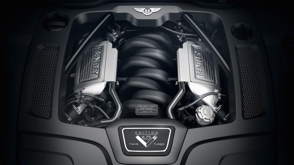 Под капотом модели появится отделанный черным впускной коллектор и табличка с номером двигателя