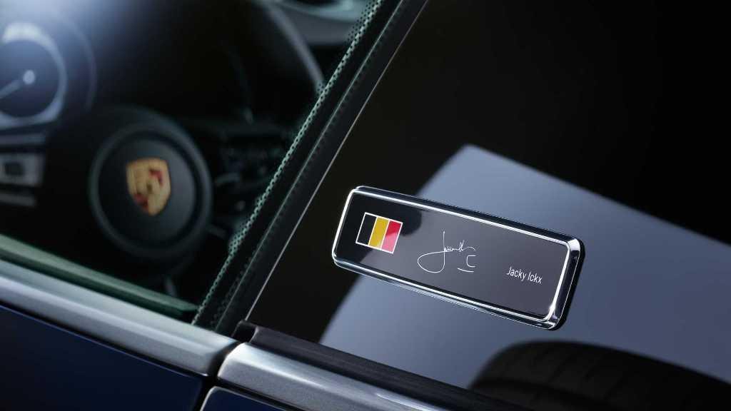 Особенностью спецверсии является шильдик с изображением бельгийского флага и автографа автогонщика