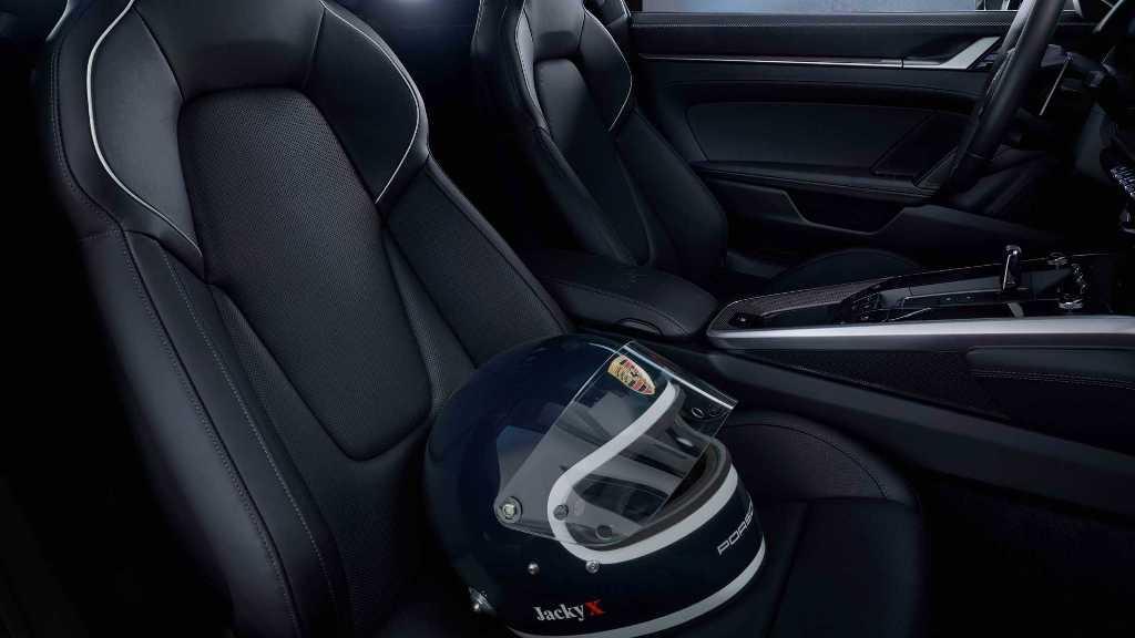Модель выполнена в стилистике сине-белого шлема Жака Икса