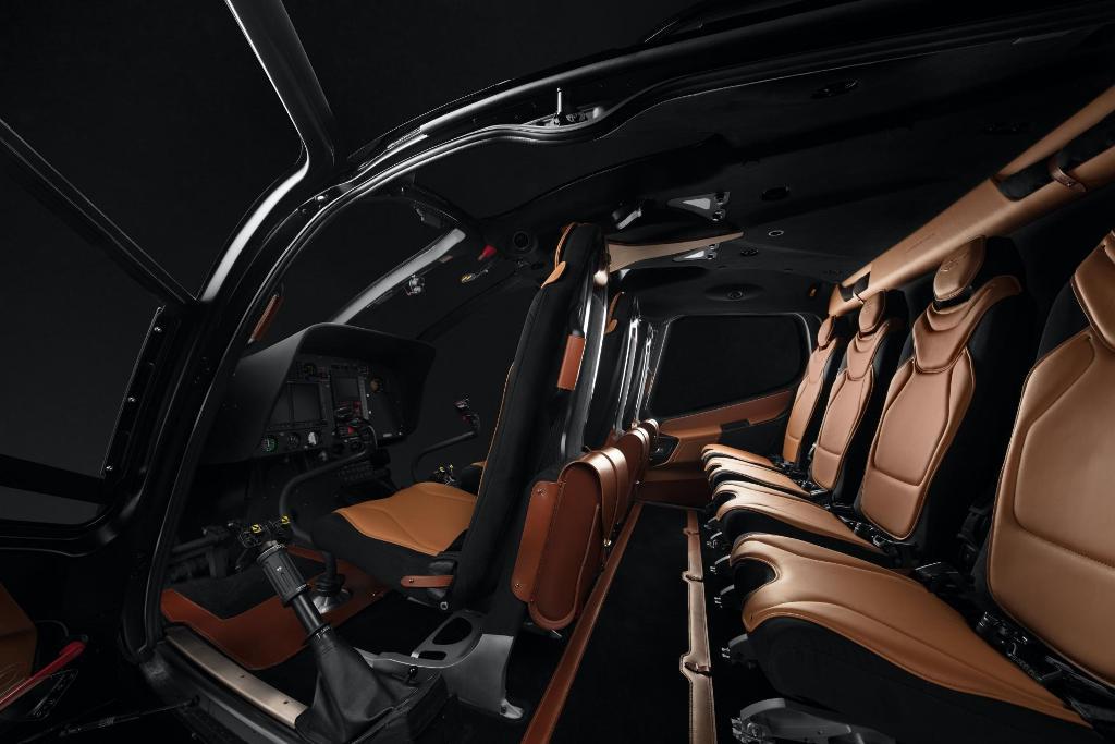 Над интерьером вертолета работала команда дизайнеров Aston Martin во главе с Мареком Рейхманом