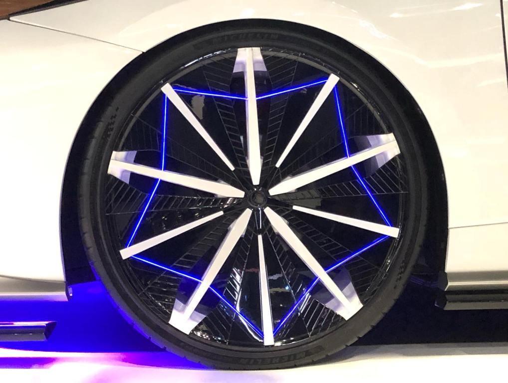 Колеса оснащены светодиодной подсветкой