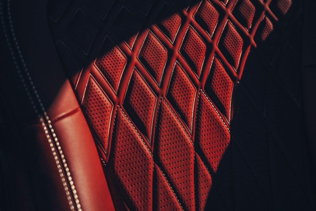 Отделка салона премиального седана Flying Spur выполняется исключительно вручную