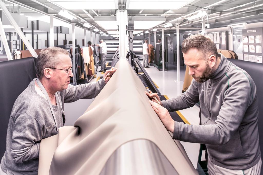 К производству элементов интерьера каждого седана привлечены 141 рабочий