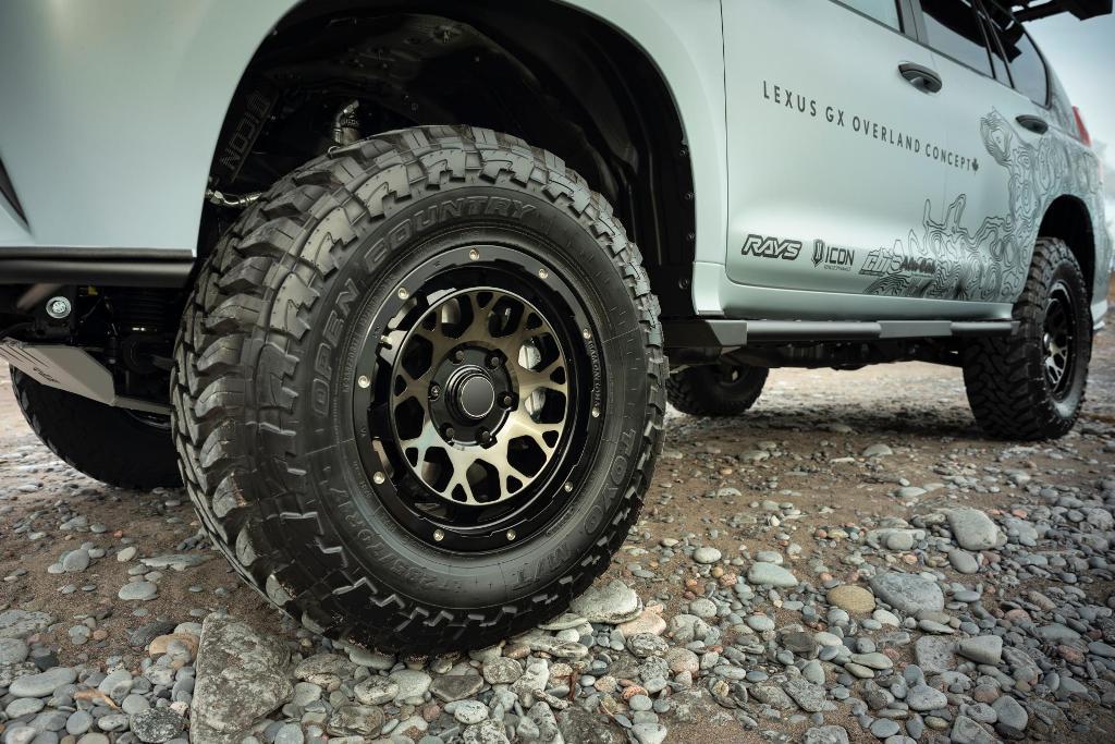 Модель оснащена уникальными колесами для бездорожья и шинами Toyo Open Country