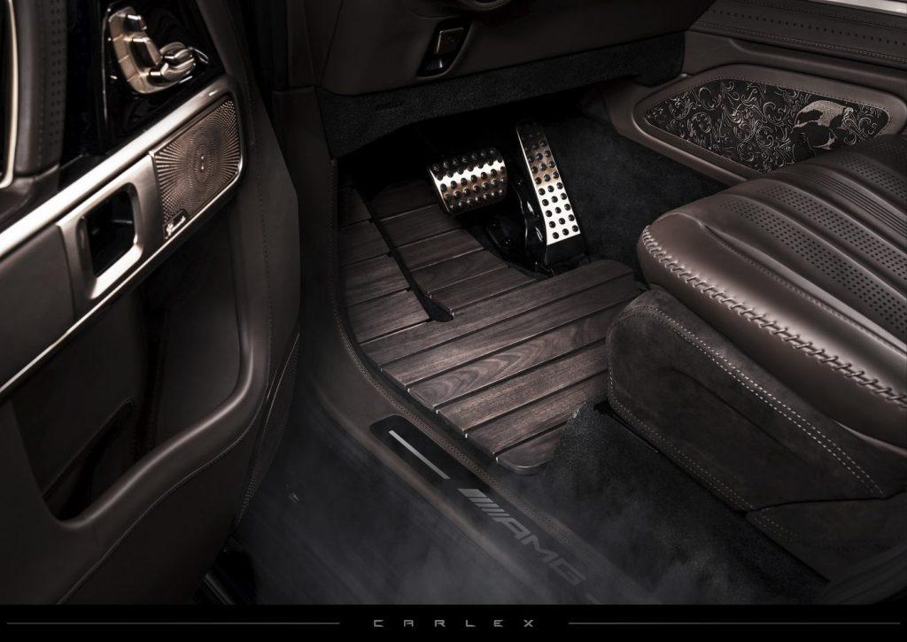 Во всем интерьере практически нет пластика и даже пол авто сделан из древесины американского ореха с кожаной подложкой