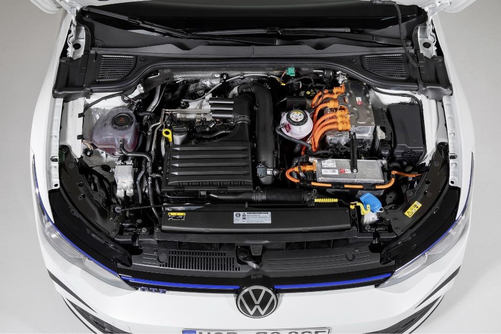 Гибридный Volkswagen Golf GTE использует комбинацию 1,4-литрового двигателя с турбонаддувом и электромотор, которые суммарно выдают 242 л.с. мощности