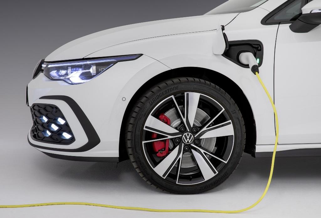 Запас хода на одном электричестве, который обеспечивает аккумуляторная батарея емкостью 13 кВт, составляет 60 километров