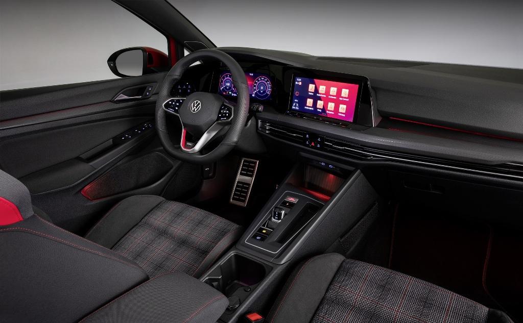 В оснащение салона нового Golf GTI входит цифровая приборная панель с 10,25 дюймовым экраном и мультимедийная система с 10-дюймовым дисплеем