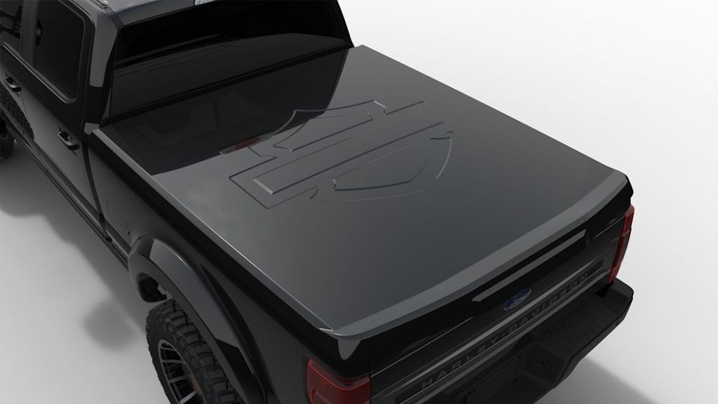 На капот модели нанесен фирменный знак Harley-Davidson