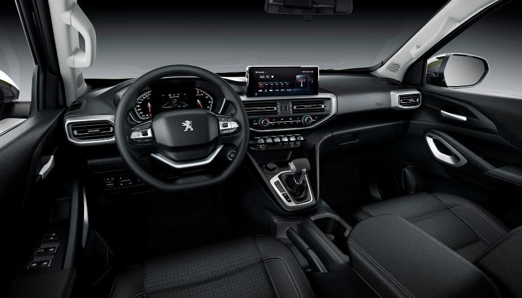 В оснащение салона входит двухспицевый руль, приборная панель с 7-дюймовым дисплеем и мультимедийная система с 10-дюймовым экраном