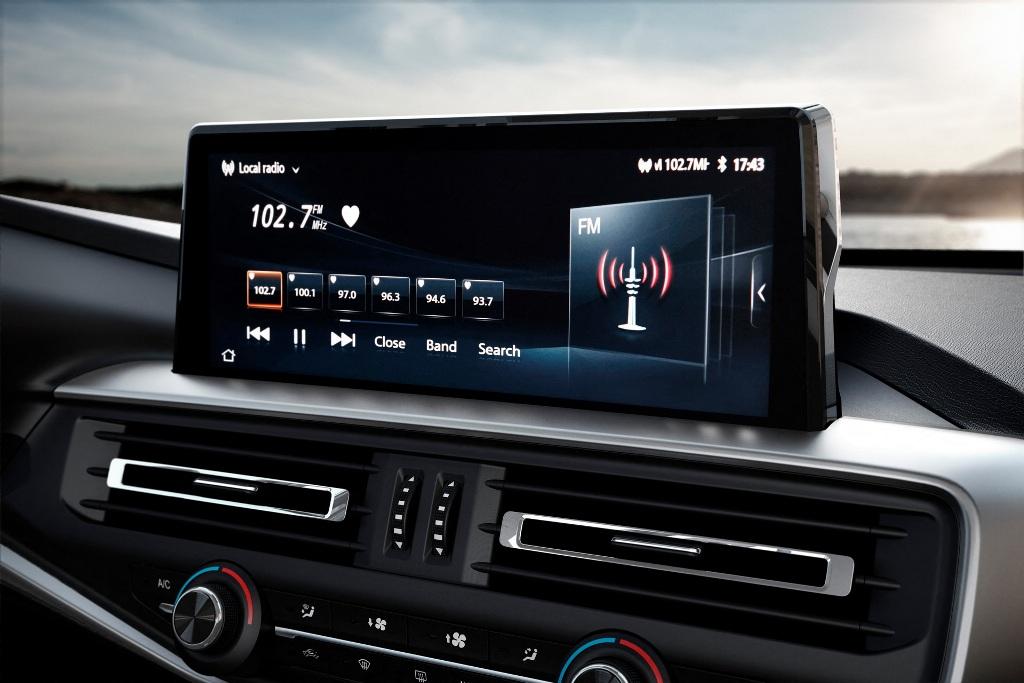 Apple CarPlay, Android Auto, Bluetooth, USB-разъемы, жесткий диск на 10 ГБ, двухзонный климат-контроль также включены