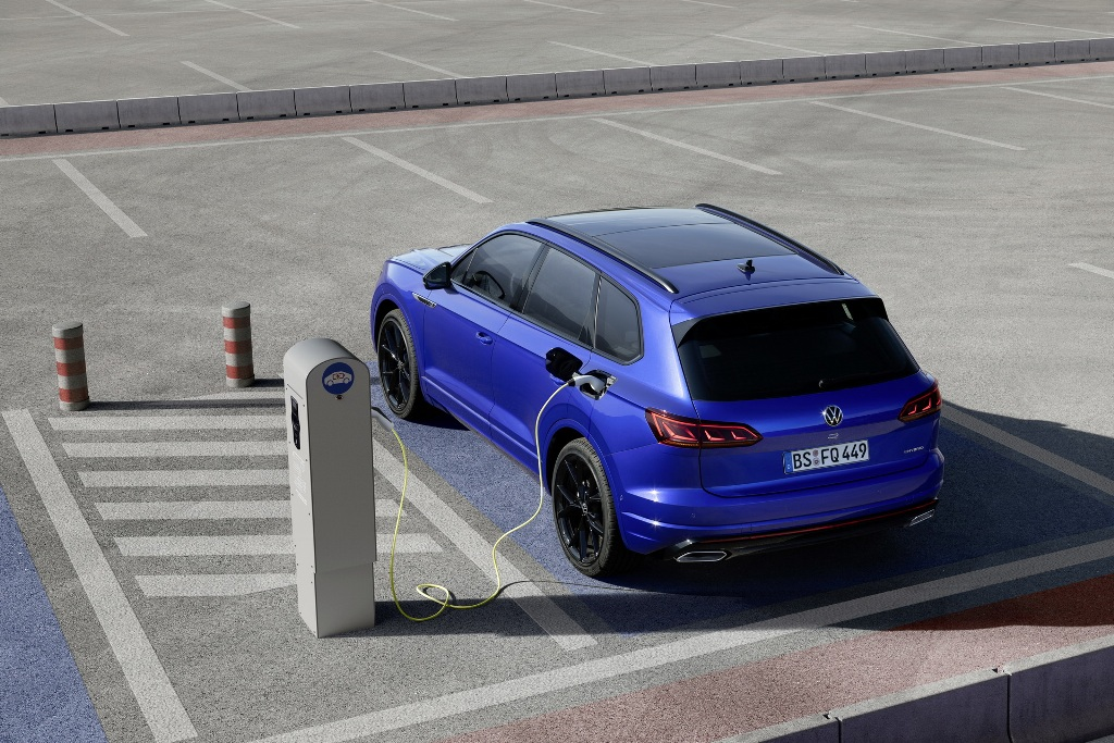 Силовая установка Touareg R состоит из 3,0-литрового бензинового двигателя V6 мощностью 340 л.с. и 136-сильного электромотора