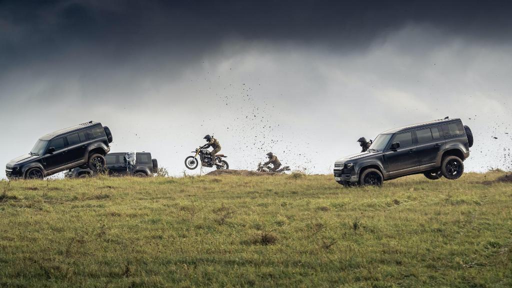Все автомобили оснащены защитой днища, 20-дюймовыми колесами с внедорожными покрышками